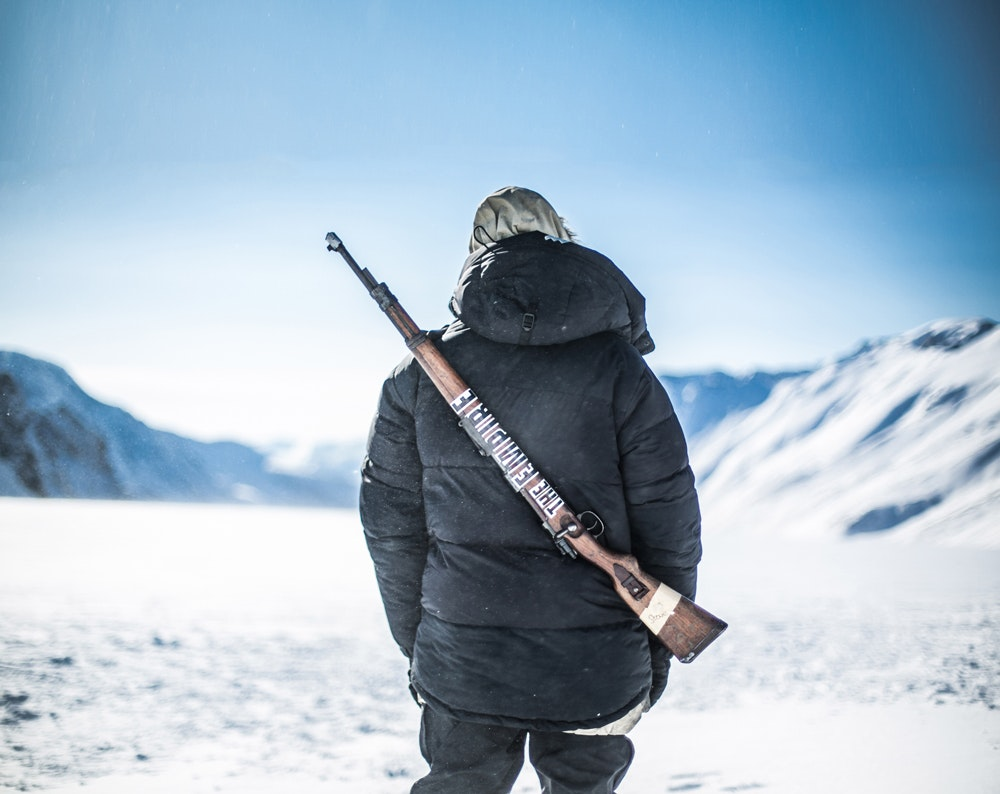 hike-svalbard-arme-protection-ours-polaire